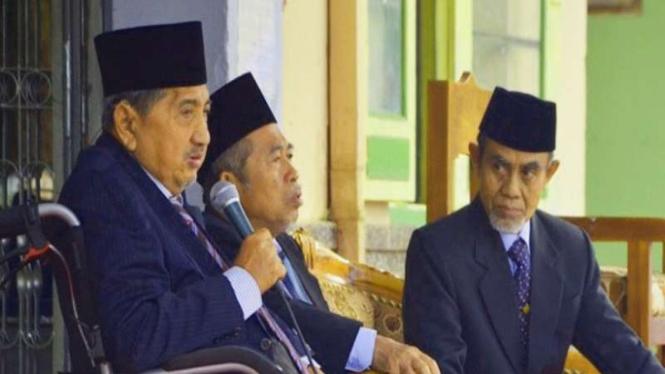 Pimpinan Pondok Modern Gontor KH Abdullah Syukri Zarkasyi (paling kiri)