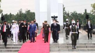 VIVA Militer : Pangdam Jaya dampingi PM Jepang di TMP Kalibata