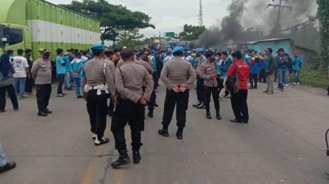 Massa buruh yang ingin ke Jakarta tertahan di Kabupaten Serang, Banten.