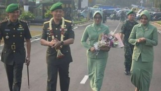 VIVA Militer : Mayjen TNI Suharyanto (pakai kalung bunga)