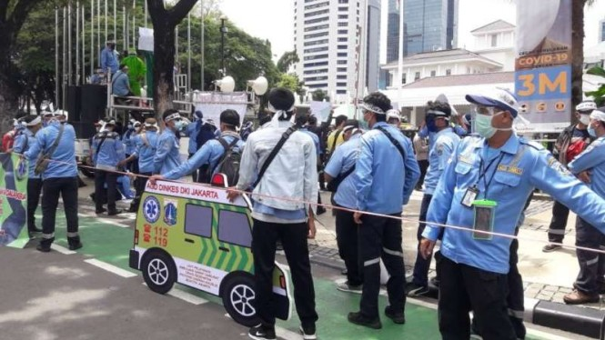 Sopir ambulans melakukan aksi demonstrasi di depan Balai Kota DKI Jakarta