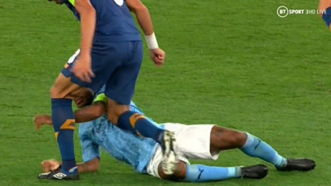 Serangan lutut Pepe ke Raheem Sterling saat ManCity jamu Porto