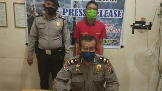 Polisi saat memaparkan kasus penyebaran foto bugil oleh HL.
