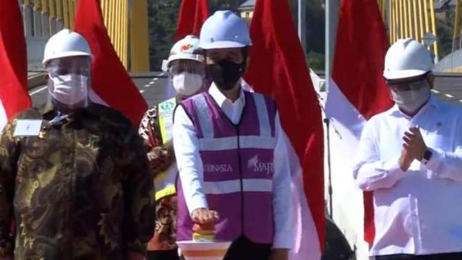 Jokowi resmikan Jembatan Teluk Kendari di Sulawesi Tenggara.