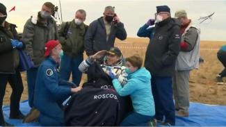 Astronot NASA Chris Cassidy usai turun dari pesawat antariksa Soyuz MS-16.
