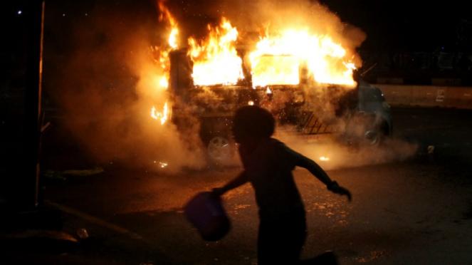 Mobil ambulans dibakar massa pendemo yang rusuh di Makassar
