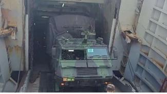 VIVA Militer : Kapal perang TNI AL latihan embarkasi dan debarkasi ranpur TNI AD