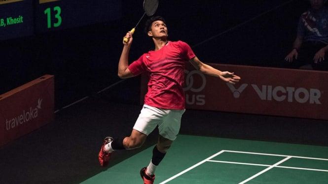 Badminton merupakan suatu olahraga raket yang dimainkan oleh dua orang (untuk tunggal) atau dua pasangan (untuk ganda) yang saling berlawanan.Mirip dengan tenis, bulu tangkis memiliki tujuan memukul bola permainan shuttlecock melewati jarring agar jatuh d