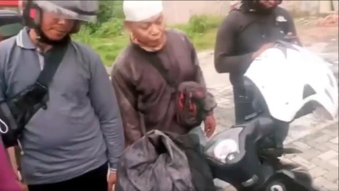 Debt collector cegat pengendara motor di jalan