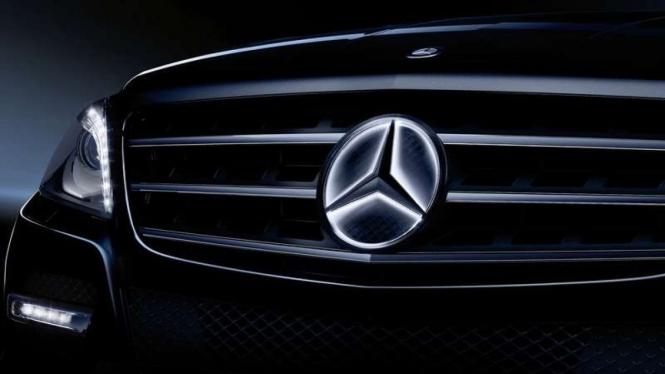 Logo Mercedes-Benz yang dilengkapi dengan lampu
