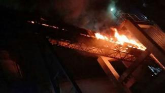 VIVA Militer: Kobaran api di PT DUS Kompleks Pelindo III.
