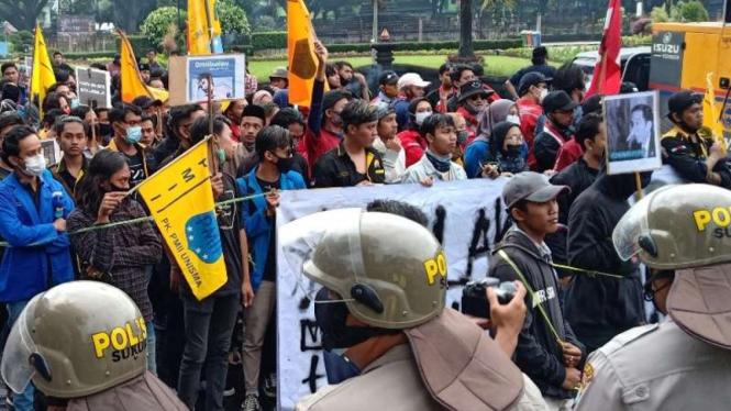 Aksi tolak Omnibus Law Cipta Kerja di Malang. Beberapa demonstran diamankan polisi karena membawa poster Presiden Jokowi berhidung panjang, Jumat, 23 Oktober 2020.