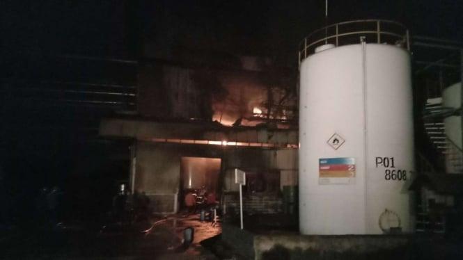 Pabrik kimia terbakar.