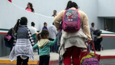 https://thumb.viva.co.id/media/frontend/thumbs3/2020/10/24/5f9363272bdc2-dampak-kebijakan-imigrasi-trump-orang-tua-545-anak-migran-yang-terpisah-belum-ditemukan_375_211.jpg