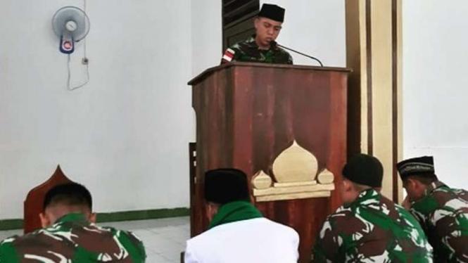 VIVA Militer: Prajurit Dua TNI Muh Aldi menjadi khatib Salat Jumat