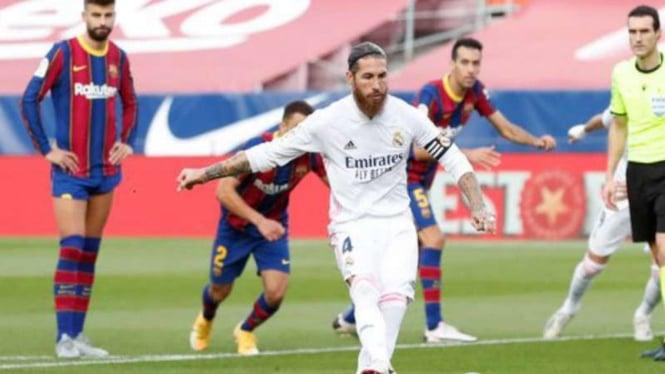 Bek Real Madrid, Sergio Ramos bobol gawang Barcelona.