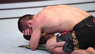 Momen Khabib Nurmagomedov menangis di atas oktagon UFC