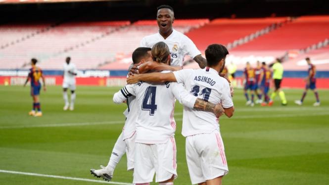 Pemain Real Madrid merayakan gol ke gawang Barcelona