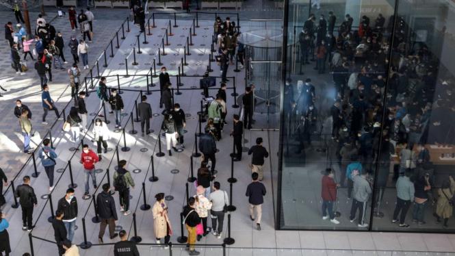 Antrean pembeli Apple iPhone 12 di Beijing, China