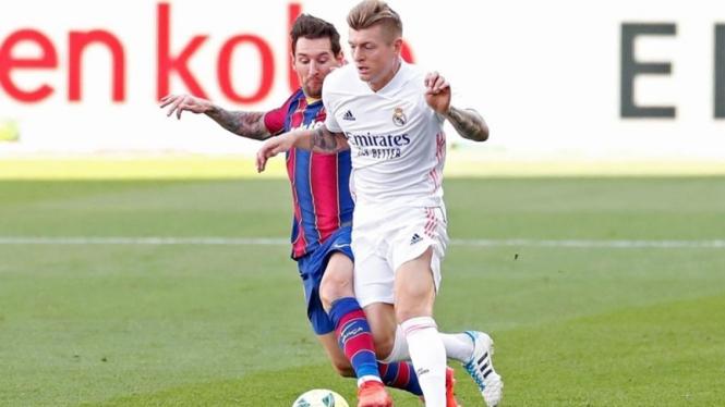 Gelandang Real Madrid, Toni Kroos duel dengan bintang Barcelona, Lionel Messi