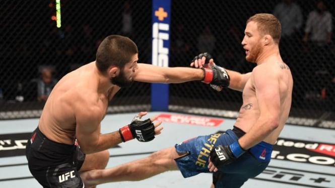 Serangan low kick telak Justin Gaethje ke Khabib Nurmagomedov di UFC 254