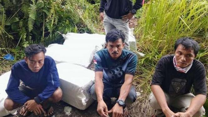 VIVA Militer: 3 pria yang ditemukan  prajurit TNI di perbatasan RI-Malaysia.