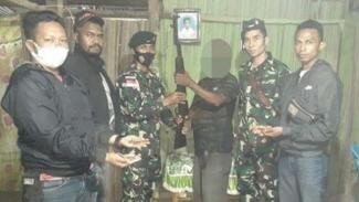 VIVA Militer : Mantan Milisi Timor Timur serahkan senjata kepada prajurit TNI AD