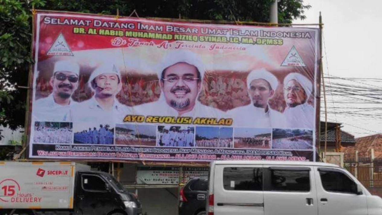 Baliho besar untuk menyambut kepulangan pemimpin FPI, Habib Rizieq Shihab.