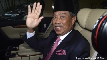 https://thumb.viva.co.id/media/frontend/thumbs3/2020/10/26/5f9696d494743-permintaan-keadaan-darurat-ditolak-raja-pm-malaysia-dituntut-mundur_375_211.jpg