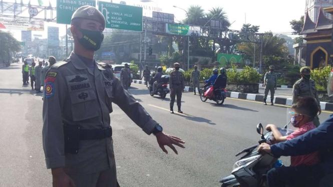 Seorang petugas Satpol PP dalam operasi yustisi penerapan protokol kesehatan pencegahan penularan COVID-19 di Kabupaten Bogor, Jawa Barat, pada Senin, 26 Oktober 2020.