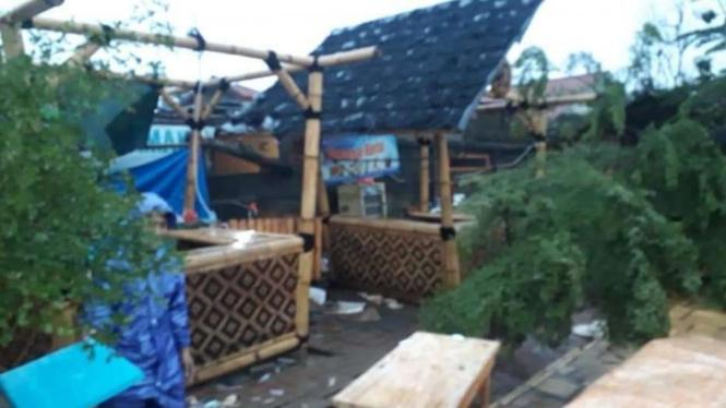 Angin puting beliung memorak-porandakan wisata Situ Rawa Gede, Bojong Menteng, Kota Bekasi, Senin sore, 26 Oktober 2020.