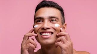 Ilustrasi pria merawat wajah/krim wajah.