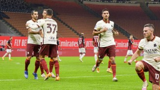 Pemain AS Roma rayakan gol ke gawang AC Milan.