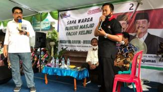 Machfud Arifin t dan warga gubeng masjid Surabaya (antara)