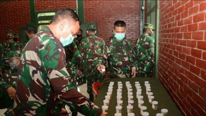 VIVA Militer : Test urin pasukan Kostrad TNI AD