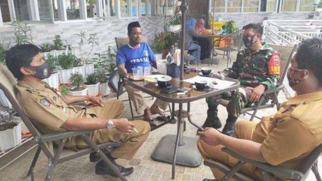VIVA Militer: Prajurit TNI komsos bersama PNS Sinjai.
