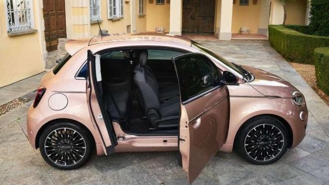 Desain pintu unik di mobil listrik Fiat 500e 3+1