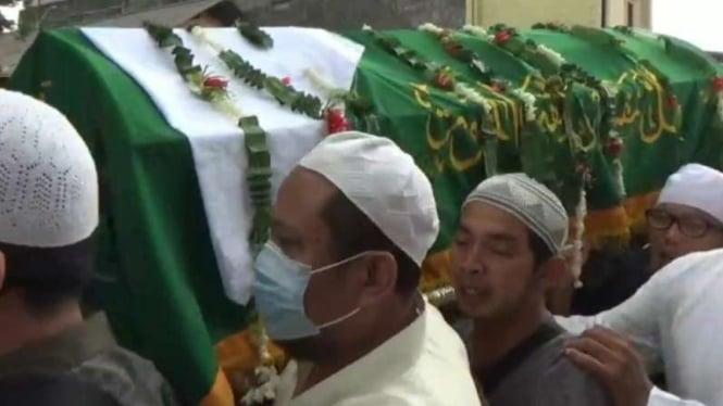 Ribuan orang menyambut jenazah Gubernur Tandingan Ahok, Fahrurrozi Ishaq.