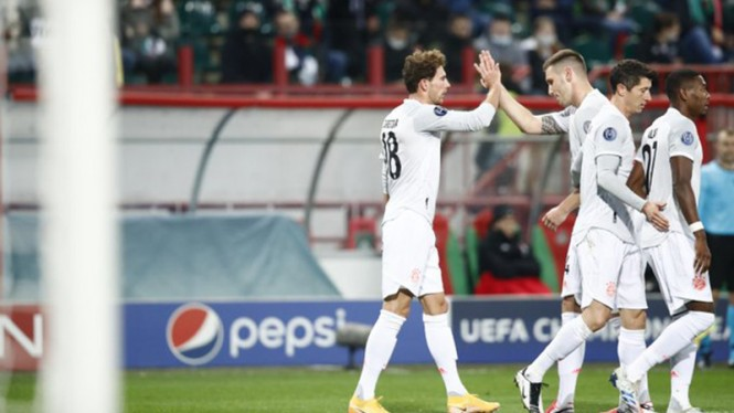 Para pemain Bayern Munich rayakan gol Leon Goretzka ke gawang Lokomotiv Moscow.