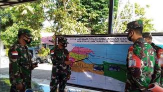 VIVA Militer: Perwira Lantamal X TNI perlihatkan peta skenario evakuasi tsunami.