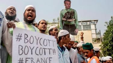 https://thumb.viva.co.id/media/frontend/thumbs3/2020/10/28/5f98bddfb24b2-protes-besar-di-bangladesh-menentang-kartun-nabi-muhammad-prancis-serukan-warganya-di-indonesia-dan-sejumlah-negara-lain-berhati-hati_375_211.jpg