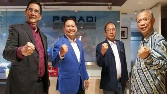 Ketua Umum Peradi Otto Hasibuan (dua dari kiri)