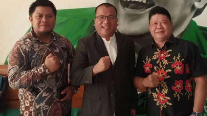 Cagub Kalsel Denny Indrayana (tengah)