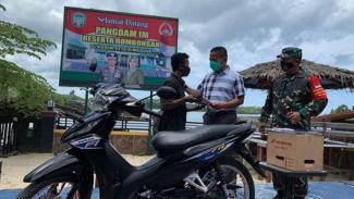 VIVA Militer: Pangdam Iskandar Muda, Mayjen TNI Hassanudin berikan motor ke Acil