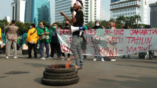 Massa pendemo di Tugu Tani bakar ban