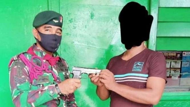 VIVA Militer : Seorang warga Maluku menyerahkan senjata api kepada prajurit TNI