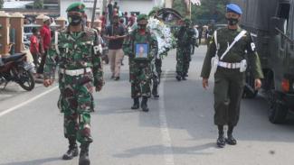VIVA Militer: Prosesi Pemakaman Serka Jaliman di Aceh Tenggara.