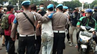 Seorang pemuda ditangkap polisi karena diduga copet saat demo omnbus law bubar.