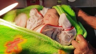Bayi mungil ditemukan di belakang pos polisi.