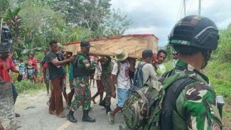 VIVA Militer: Pasukan Yonif Raider 100/PS gotong jenazah di Papua.